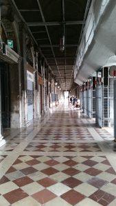 朝のサンマルコ広場回廊1
