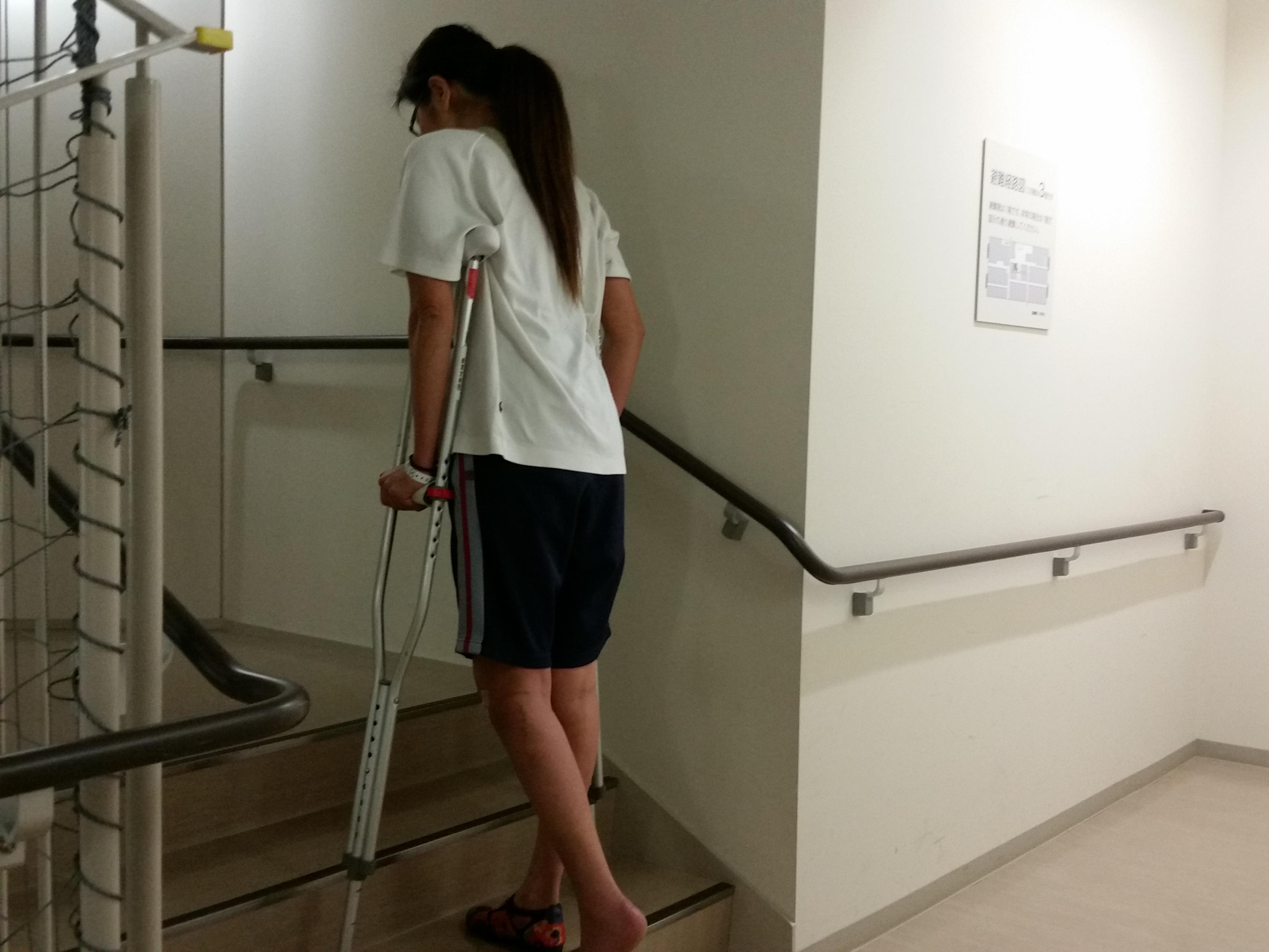 階段 松葉杖