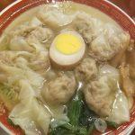 ボリューム満点!お昼は行列覚悟で並ぶ 広州市場西新宿店の塩清湯広州雲吞麺 食べるラー油でパクっと!